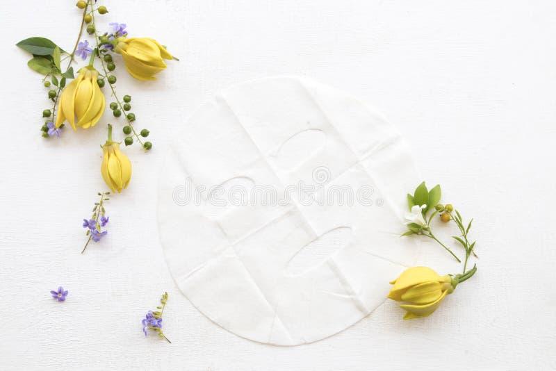 从草本ylang花的自然芳香板料面具 免版税库存图片