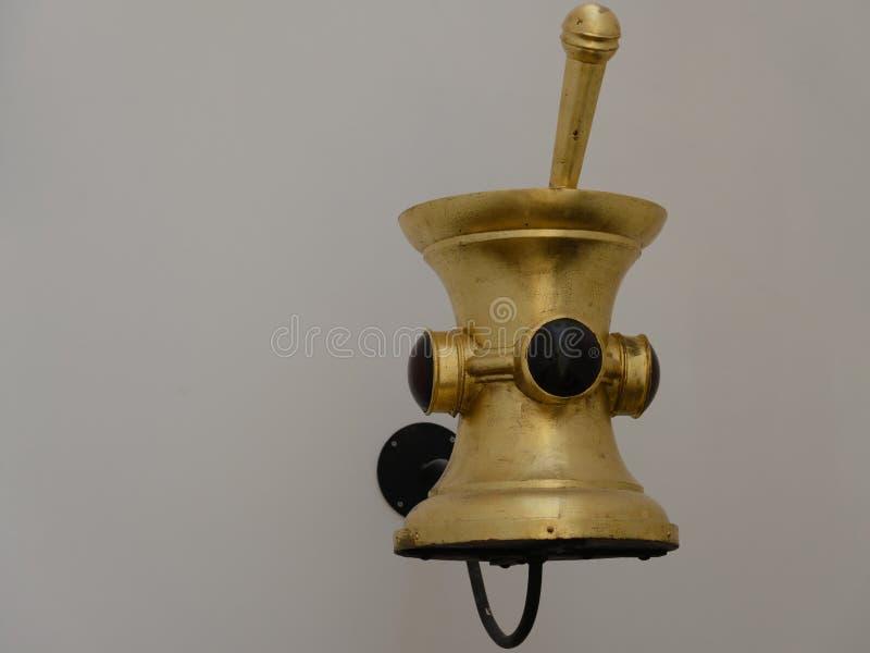 从药房的古铜色灰浆和健康博物馆在里斯本,葡萄牙 免版税图库摄影