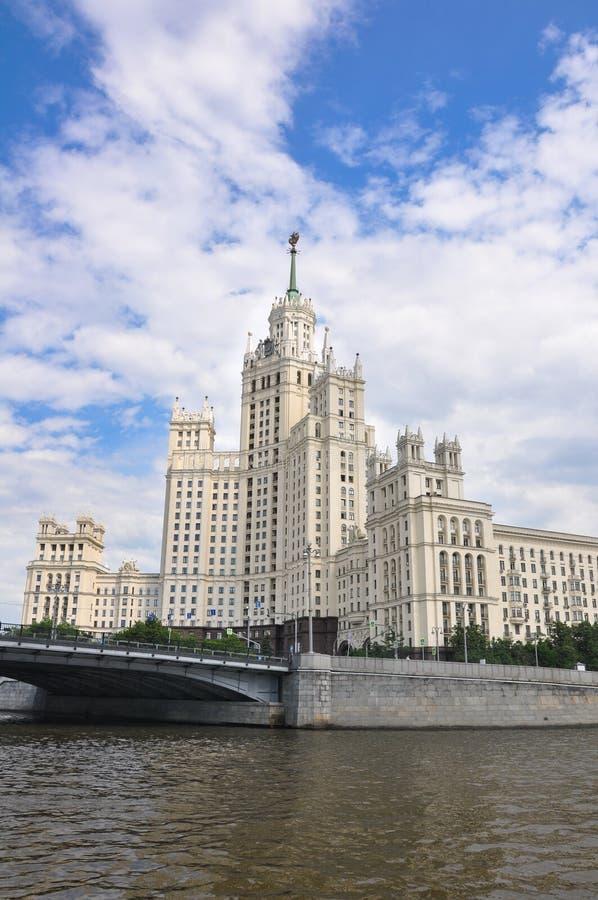 从莫斯科河看莫斯科市中心著名的Kotelnicheskaya堤防建筑 免版税图库摄影