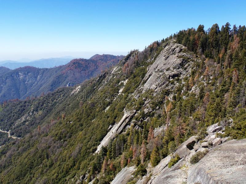 从莫罗岩石的顶端看法与它的固体岩石纹理、俯视的山和谷-美洲杉国家公园 库存照片