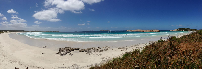 从蓝色避风港海滩的全景 免版税库存照片