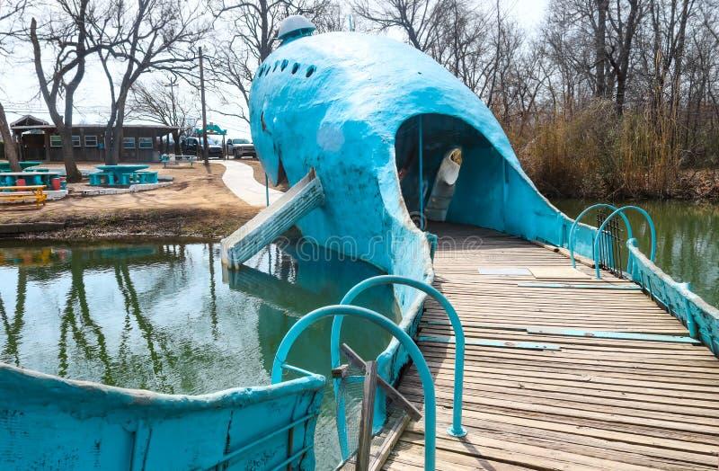 从蓝鲸路旁吸引力的尾巴的看法在路线66的在Catoosa俄克拉何马美国3附近9 2018年 免版税库存照片