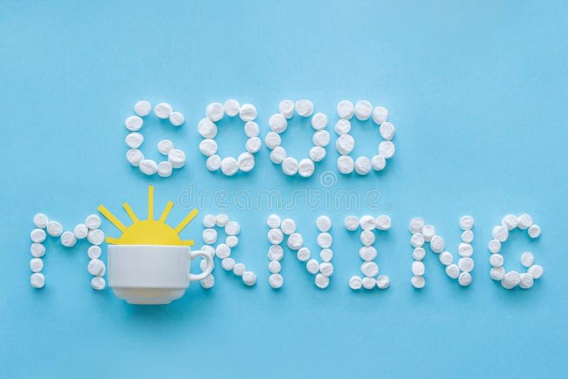 从蛋白软糖和咖啡杯的早晨好有朝阳的 Co 图库摄影
