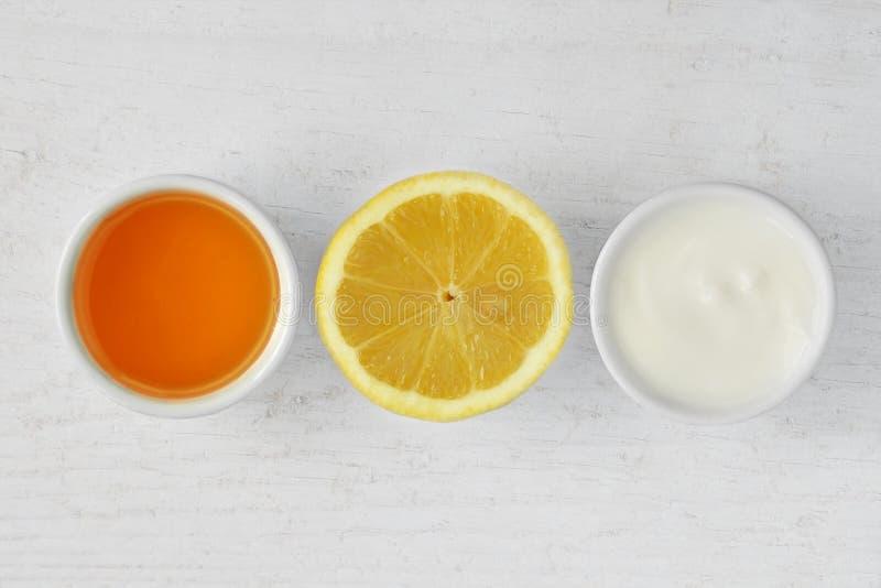从蜂蜜、柠檬和酸奶做的自创面罩 图库摄影