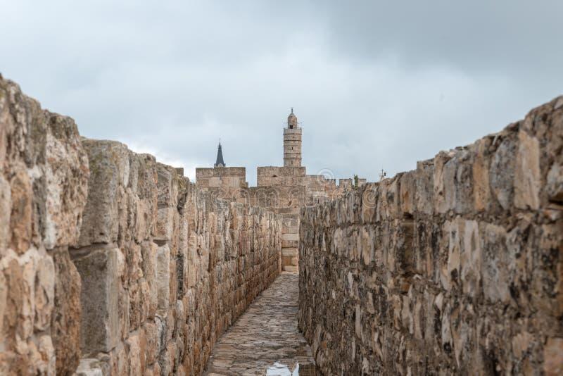 从被保护的段落的看法在大卫塔的城市墙壁上在雅法门附近在耶路撒冷,以色列老  图库摄影