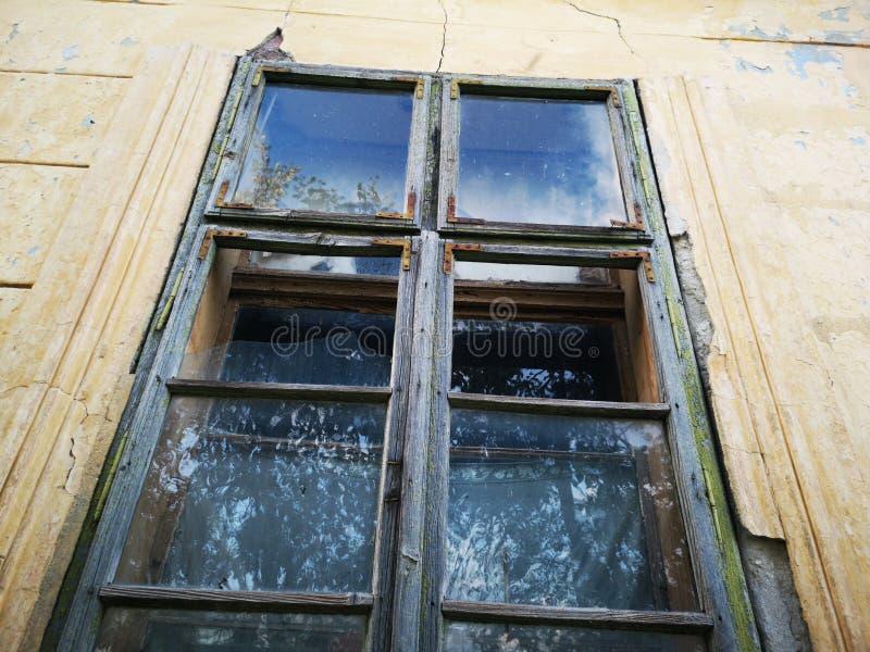 从被放弃的房子的残破的窗口 免版税库存照片