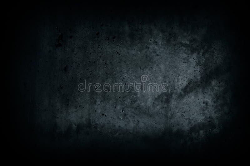 从被放弃的房子黑暗的胡同的深黑色混凝土墙有缺点和自然水泥纹理表面背景的 库存照片