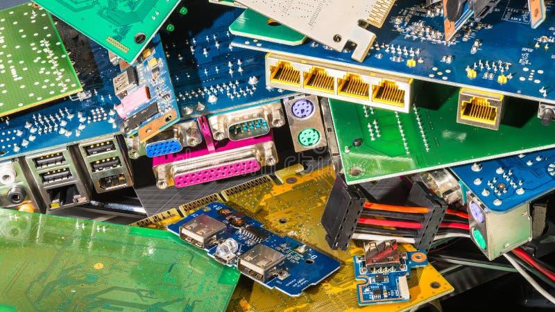 从被放弃的计算机零件的E废物堆 免版税库存图片