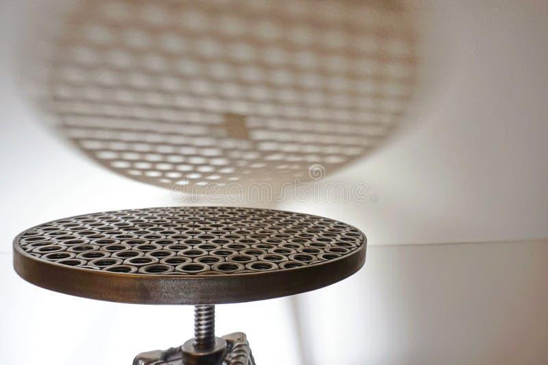 从被焊接的钢坚果的椅子-在一个圆的位子的倾斜的顶视图与一个阴影在白色背景中 免版税库存图片