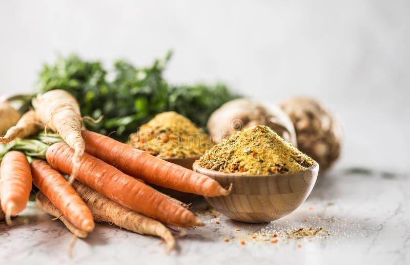 从被脱水的红萝卜荷兰芹芹菜欧洲防风草和盐的晒干的香料调味品vegeta有或没有谷氨酸 库存照片