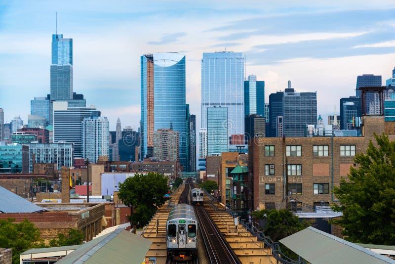 从西部的芝加哥地平线与火车 免版税图库摄影