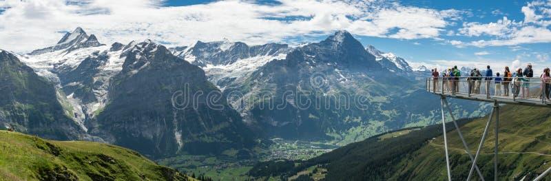 从观察平台的Bernese阿尔卑斯在首先格林德瓦 库存图片