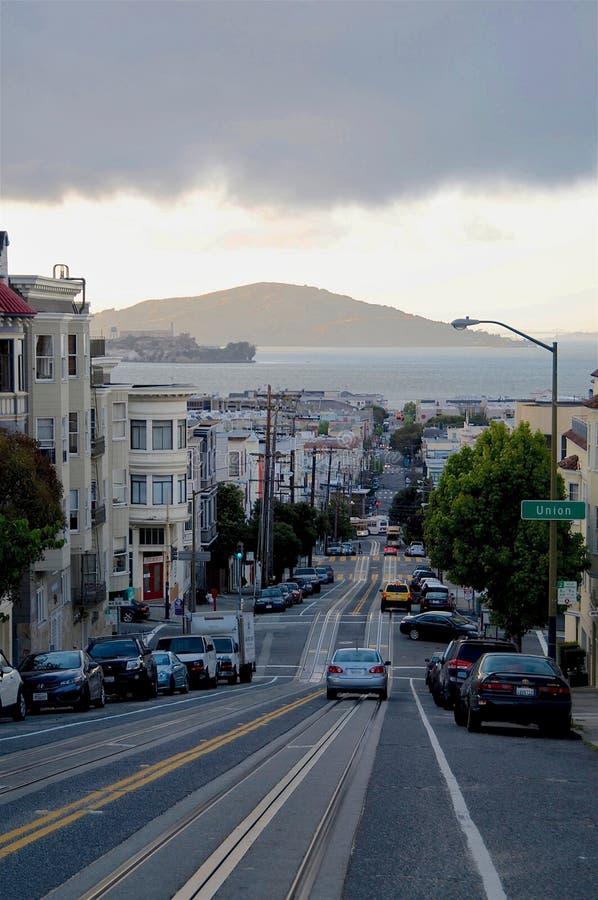 从诺布山的看法旧金山一条典型的steepy路的  免版税库存照片