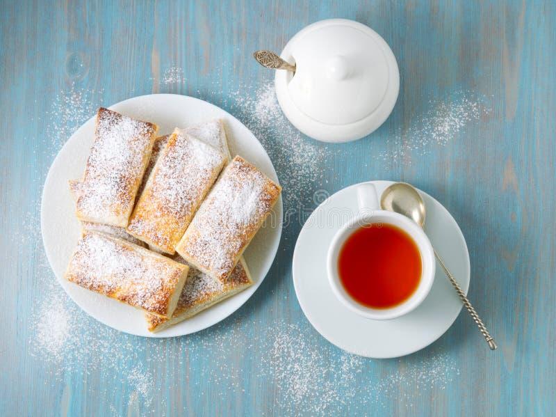 从豪华的无酵母的油酥点心的可口卷 用早餐与茶和自创蛋糕早晨 免版税图库摄影