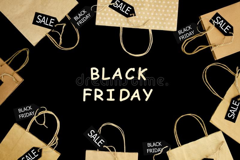 从购物中心的购物带来 塑造黑星期五假日 库存照片