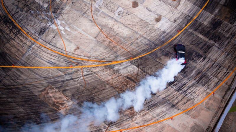 从赛跑有很多烟的空气的一个看法漂泊汽车在 免版税库存图片