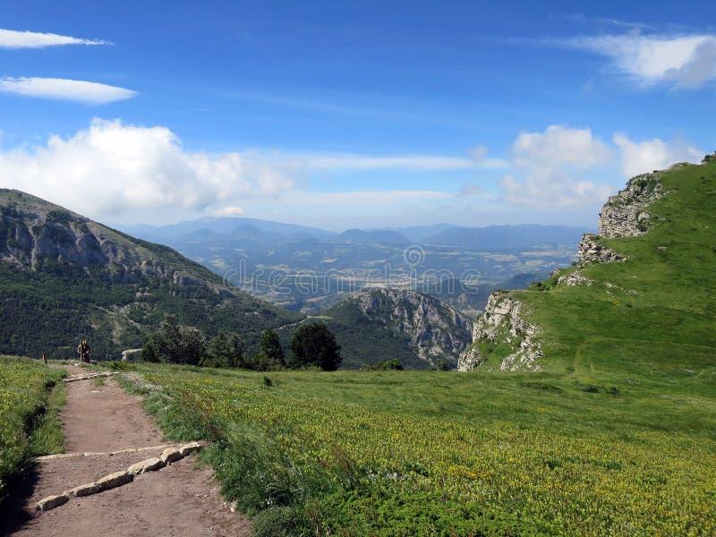从走的足迹的看法在列斯Trois Becs 图库摄影