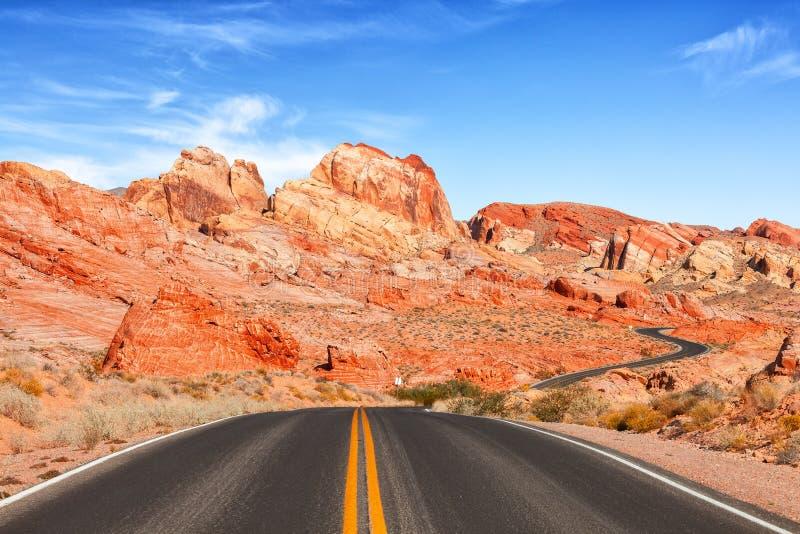 从路的风景看法在火国家公园,内华达,美国谷  免版税库存图片