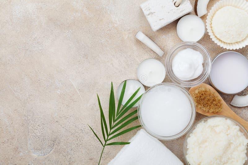 从身体关心、健康和秀丽治疗的温泉设置 有机椰子在石台式视图洗刷,上油并且提取乳脂 平的位置 免版税图库摄影