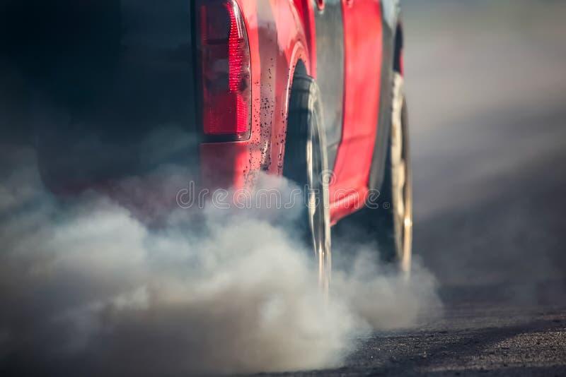 从车排气管的大气污染在路 图库摄影