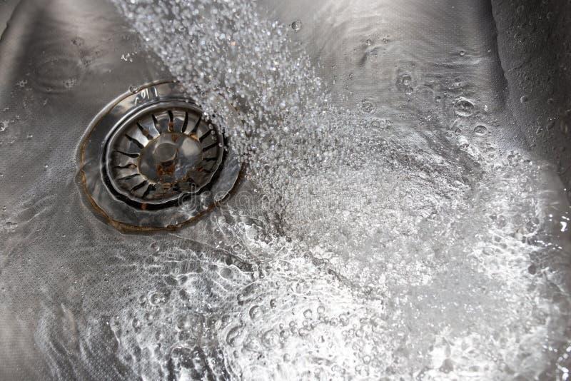 从轻拍的水在水槽 库存图片