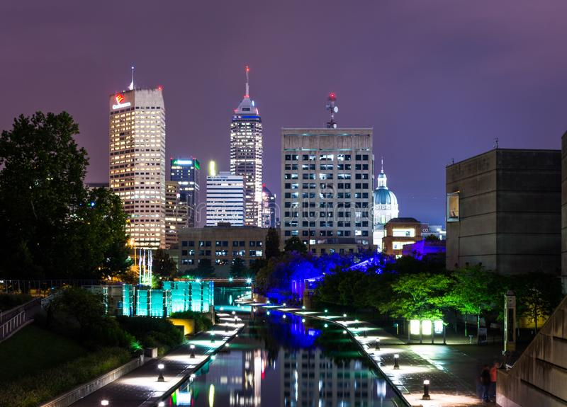 从运河步行的都市风景在印第安纳波利斯,印第安纳 免版税库存照片