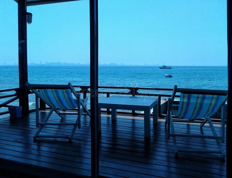 从近房子里边的一个美好的海视图由酸值larn海岛的,芭达亚,chonburi,泰国结束海 免版税库存图片