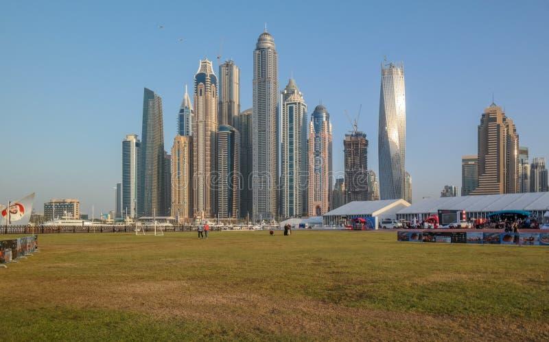 从迪拜小游艇船坞,在阿拉伯联合酋长国的现代旅游景点的迪拜地平线 库存照片
