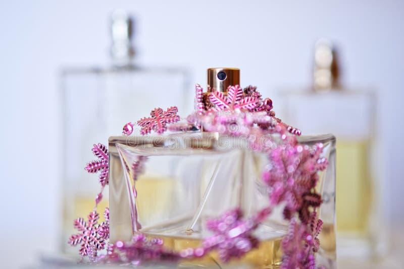 从透明香水瓶的浪花瓶在轻的背景 秀丽产业 在明亮的颜色的图片 库存图片