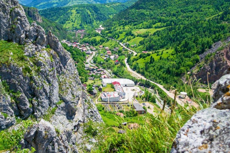 从通过ferrata距骨的全景,一普遍的旅游景点在比卡兹峡谷Cheile Bicazului,Neamt县,罗马尼亚 免版税库存图片