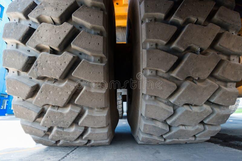 从采矿翻斗车的轮子 免版税库存图片