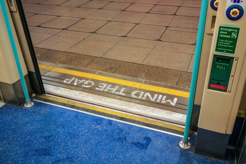 从里边看法伦敦管火车,门开放性心理在地面写的空白警告在其他边 库存图片