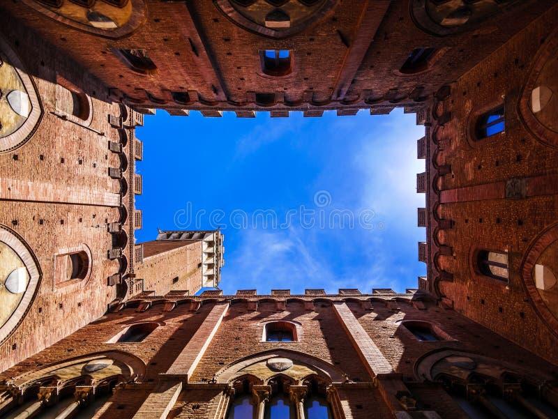 从里边看法Torre del Mangia塔在锡耶纳,托斯卡纳 免版税库存照片