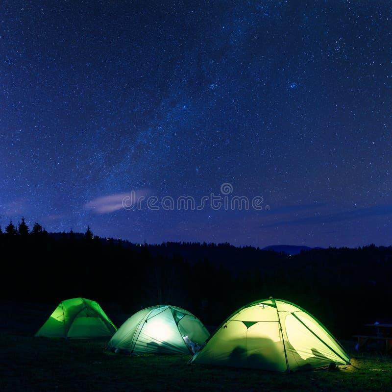 从里面点燃的绿色帐篷 免版税库存图片