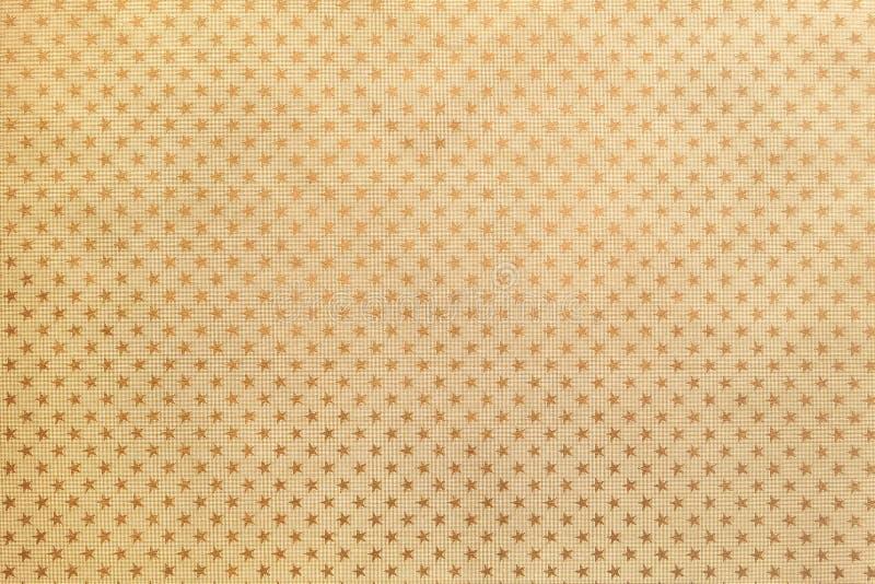 从金属箔纸的金黄背景与特征模式 免版税库存照片