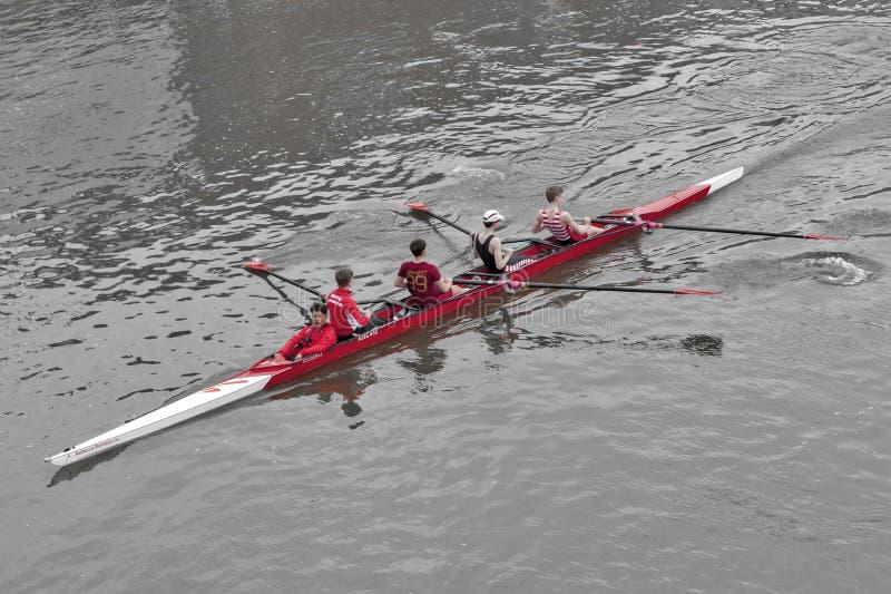 从金斯敦划船俱乐部训练的划桨手独木舟赛艇的在泰晤士河,金斯敦,英国 库存图片