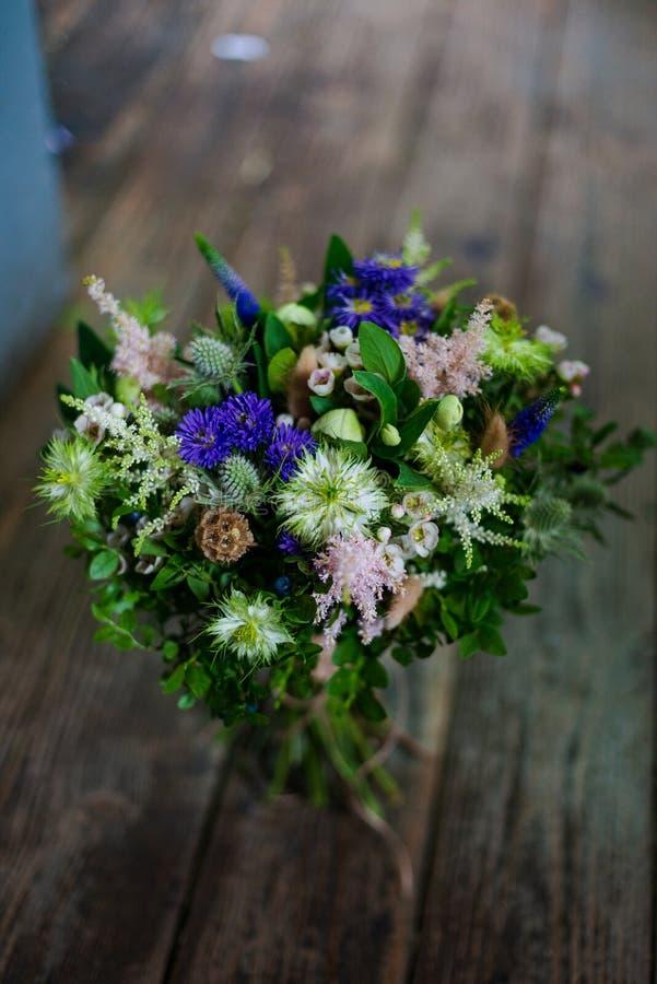 从银莲花属的花束为一个婚礼或假日上升了毛茛属mattiola郁金香玉树水仙 图库摄影