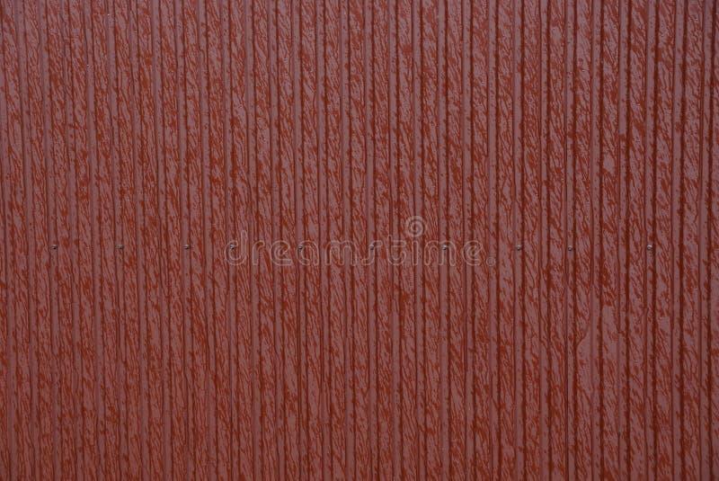 从镶边湿墙壁的红色金属纹理 图库摄影