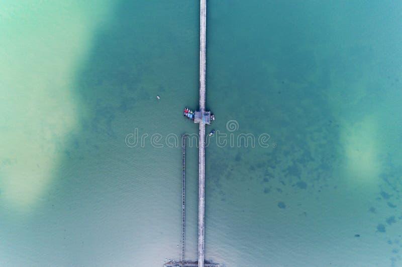 从长的桥梁寄生虫顶视图的鸟瞰图在海 免版税图库摄影