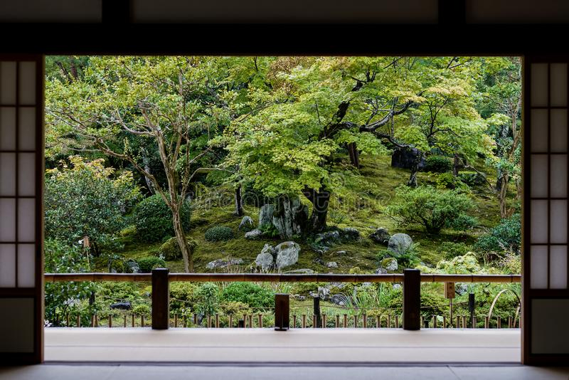 从门的日本庭院视图 图库摄影