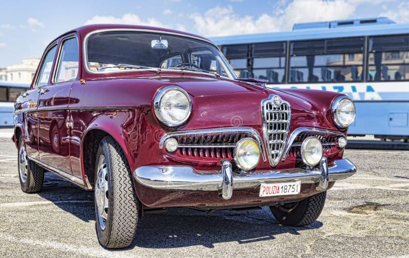 从阿尔法・罗密欧公司的美丽的葡萄酒汽车模型Giulietta 1300钛 免版税库存照片