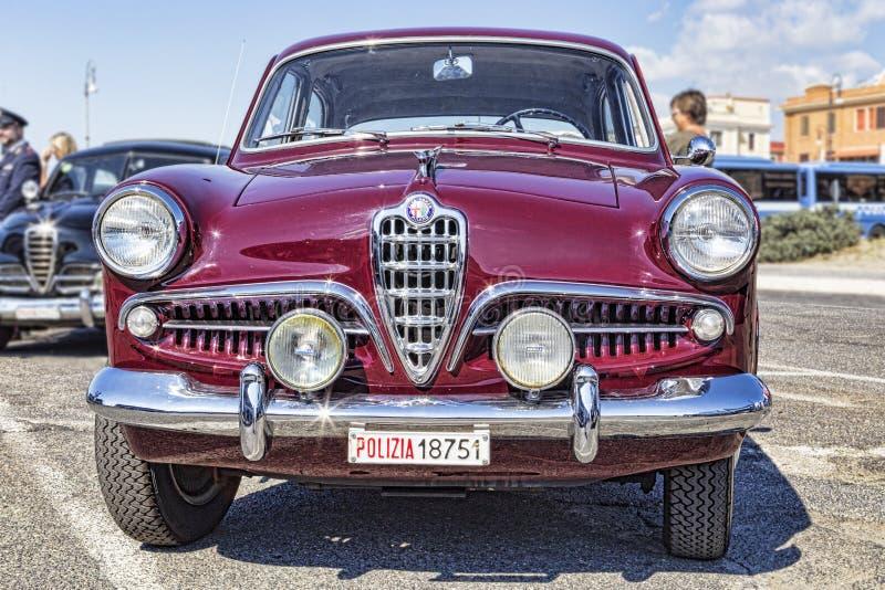 从阿尔法・罗密欧公司的美丽的葡萄酒汽车模型Giulietta 1300钛 免版税库存图片