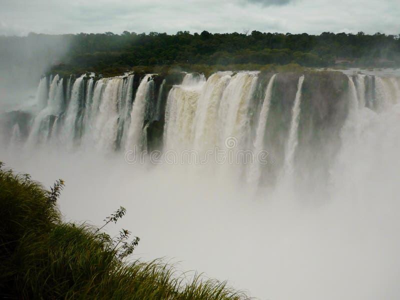从阿根廷的伊瓜苏瀑布视图 免版税库存图片
