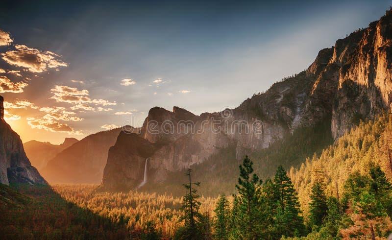 从隧道视图优胜美地国家公园的日出 库存照片