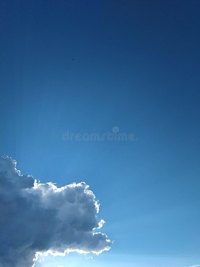 从雨云下面的天空蔚蓝 免版税库存图片