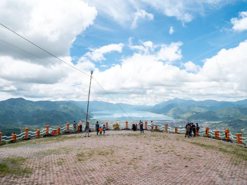 从面对湖, Lut Tawar湖Takengon,亚齐,印度尼西亚的小山的上面的看法 库存照片