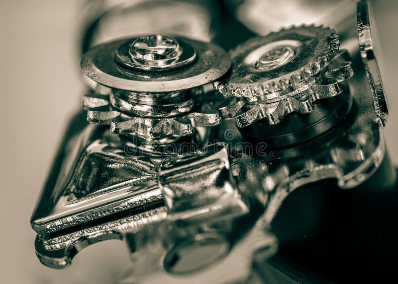 从顶端角度和机制特写镜头观看的开罐头用具轮子 免版税图库摄影