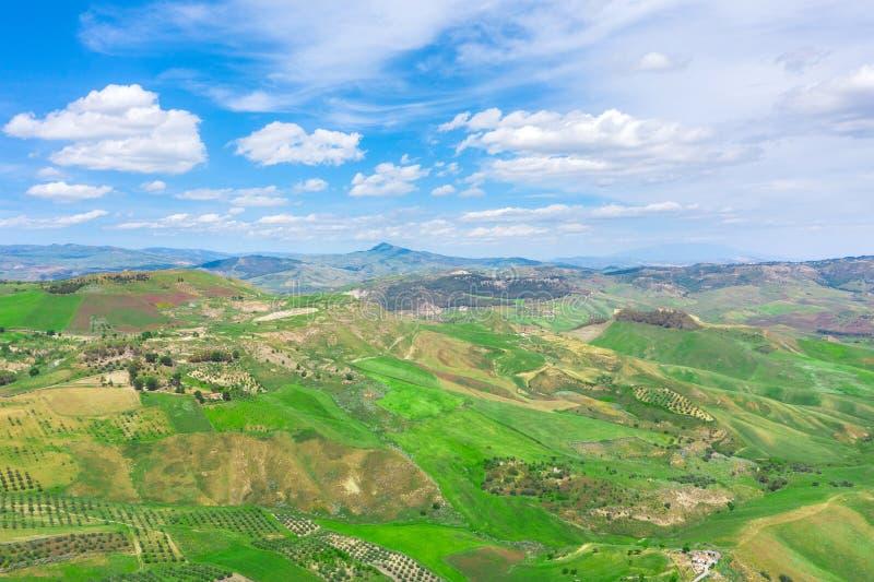 从风景的高度天线的看法-小山和夏天天空的领域和小山 免版税库存图片