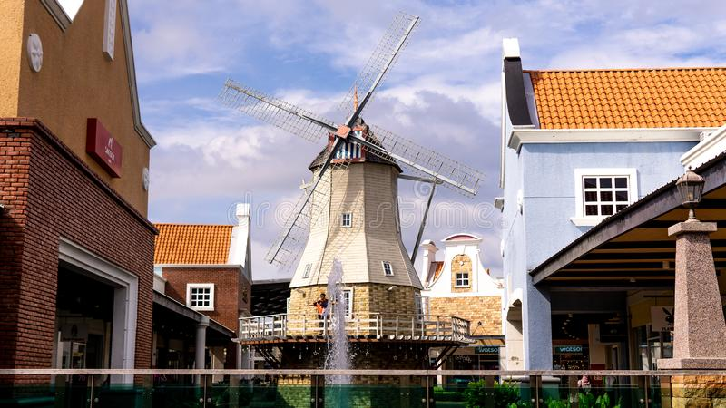 从风车房子的后面的看法有清楚的天空的作为背景 免版税图库摄影