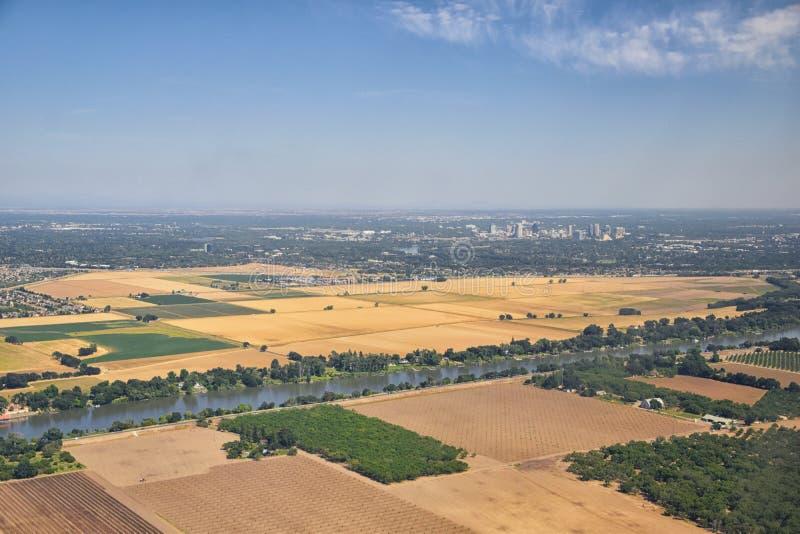 从飞机的萨加门多街市天线,包括看法农村周围种田和农业领域、河和风景 免版税库存照片